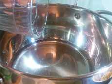 наливаем воду в кастрюлю для каши гречневой с куриной грудкой