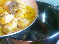 закладываем поджарку в кастрюлю для каши гречневой с куриной грудкой